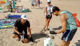 Varios voluntarios, esta mañana limpiando la playa de Getares