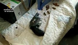 Entre las incautaciones se encontraban varias armas