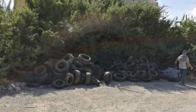 Neumáticos apilados en una barriada de La Línea