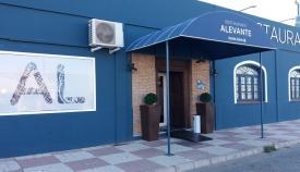 Puerta principal del Restaurante Alevante.