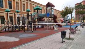Uno de los parques infantiles de La Línea, ya precintado esta mañana