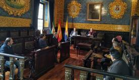 Imagen de la reunión que se ha celebrado hoy domingo en el Salón de Plenos