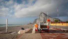 Operarios municipales, ayer en una playa de La Línea. Foto: SR