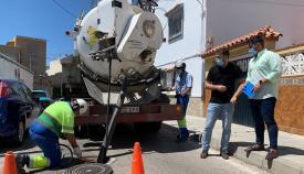 Emalgesa repasa la limpieza de los imbornales de cara a las lluvias otoñales