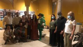 Pintor y Alexis Morante, junto a los integrantes del grupo, durante la actividad teatral de anoche