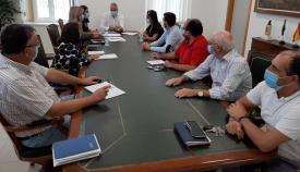 El alcalde, Juan Carlos Ruiz Boix, en una reunión con los responsables de los talleres