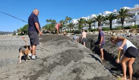 Un momento de las tareas realizadas por vecinos y voluntarios de Verdemar