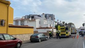 Efectivos policiales reteniendo al hombre que pretendía suicidarse. Foto: Sergio Rodríguez
