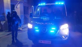 Agentes de Policía, esta madrugada durante el operativo. Foto: Interior