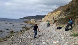 Labores de limpieza en el Parque del Estrecho