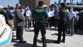 Los asistentes atienden las explicaciones de los agentes de la Guardia Civil
