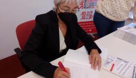 Malgara García firmando un ejemplar de su libro