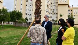 El alcalde, Juan Carlos Ruiz, supervisando los trabajos en Miraflores. Foto: sanroque.es