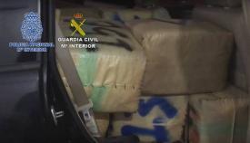 Parte de la droga intervenida en La Línea por Guardia Civil y Policía Nacional