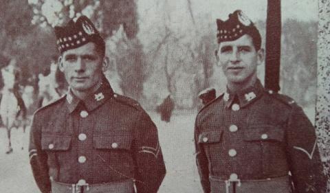 Antigua fotografía de soldados británicos en el paso fronterizo de Gibraltar