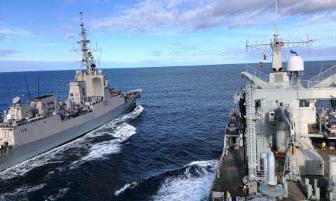 Fragata de la clase F100 junto a un buque de aprovisionamiento. Foto Cuartel General de la Flota