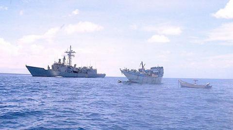 La fragata 'Navarra' junto al pesquero yemení liberado. Foto Mando de Operaciones-EMAD