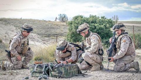 Infantes preparando cargas explosivas. Foto Armada Española