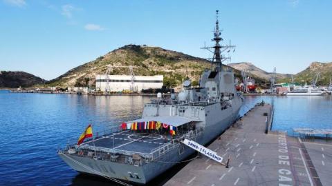 La fragata 'Méndez Núñez' (F-104) engalanada para la ceremonia de relevo de mando de la agrupación SNMG-2. Foto EMAD