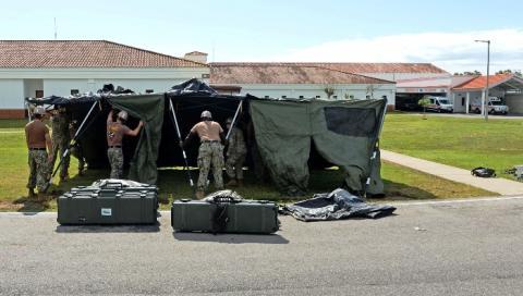 Un momento de la instalación de las carpas en la zona NAVSTA Rota. Foto U.S. Naval Forces Europe-Africa/U.S. Sixth Fleet