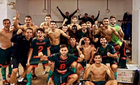 El Algeciras CF celebrando su victoria en Huelva. Foto: NG