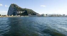 Aguas de la bahía de Algeciras con Gibraltar al fondo