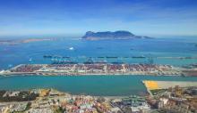 Bahía de Algeciras con el puerto de la ciudad de Algeciras en primer plano y Gibraltar al fondo