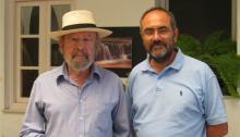 Caballero Bonald y el autor de este artículo en una imagen de 2009