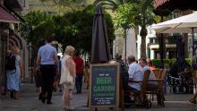 Calle comercial y terraza en Gibraltar. Foto Sergio Rodriguez