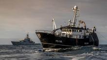 El HMS Severn junto a un pesquero. Foto Royal Navy