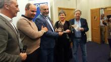 Javier Martínez, presidente de la APCG; Mustapha Labbasi, presidente de la Asociación de la Prensa del Norte de Marruecos; Charkaoui Mohamed, recibiendo el galardón de Marisa Searle, y el periodista gibraltareño Clive Golt