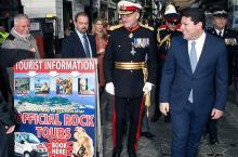 El gobernador británico, acompañado de Picardo, durante el recorrido tradicional a su llegada a Gibraltar