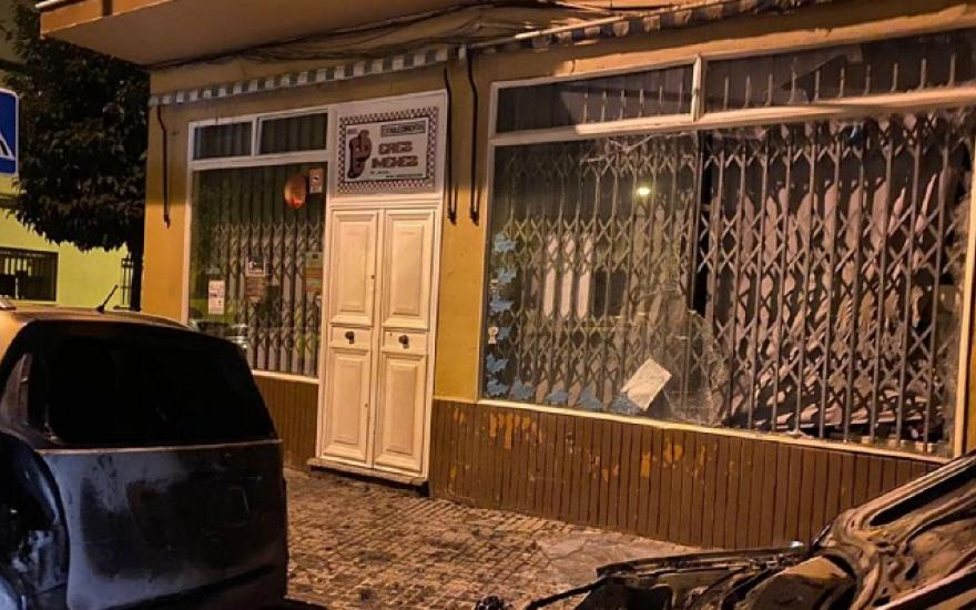 Bomberos extinguen un incendio en Algeciras con varios vehículos afectados