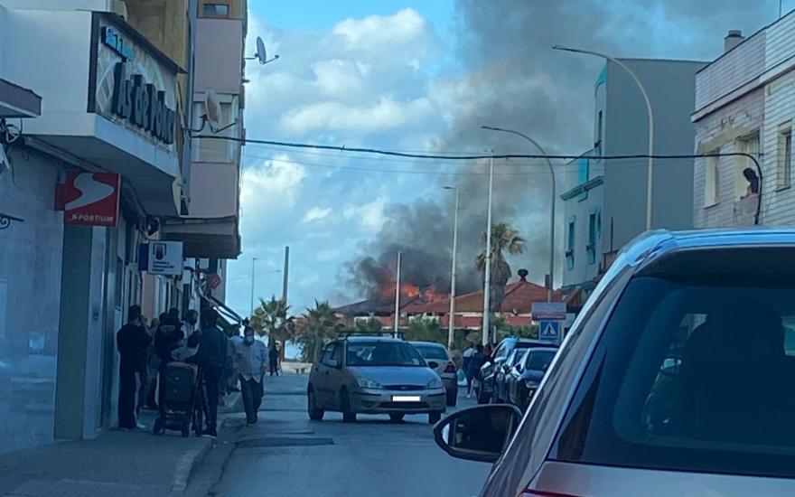 El antiguo Restaurante 'La Marina', ayer en llamas. Foto: NG