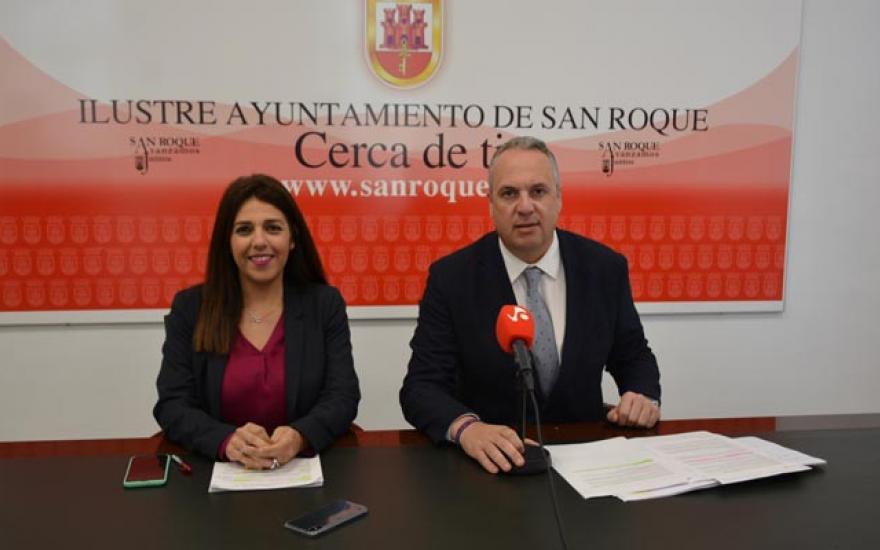 El alcalde de San Roque, Juan Carlos Ruiz Boix, junto a Belén Jiménez