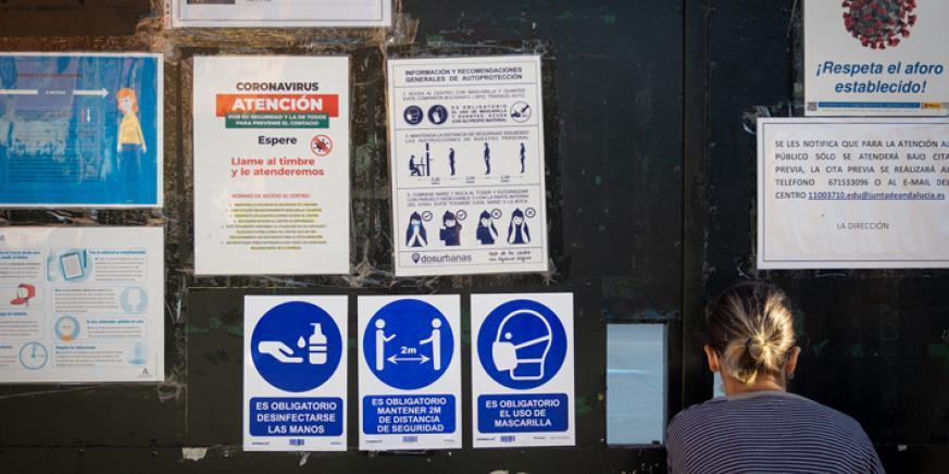 Carteles con mensajes de precaución ante el Covid-19. Foto: Sergio Rodríguez