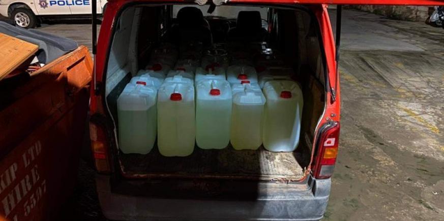Los bidones de gasolina que portaba el sujeto. Foto RGP