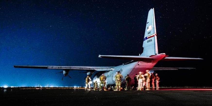 Un C-130J de la Fuerza Aérea de Estados Unidos, del 37° Escuadrón de Transporte Aéreo, el pasado 8 de mayo a punto de despegar. Foto US NAVY/William Chockey
