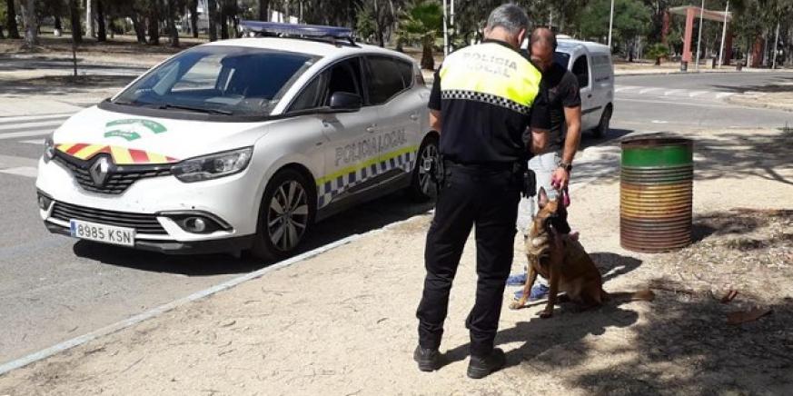 Un agente de la Policía Local junto a una mascota y su dueño. Foto: NG