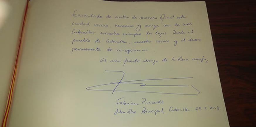 Dedicatoria de Picardo en el libro de honor del ayuntamiento de La Línea