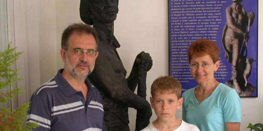 Marc Suzarte (Susarte) con su esposa e hijo al lado del monumento al heroico cabrero en el Palacio de los Gobernadores de San Roque. Dos generaciones orgullosas de su origen.
