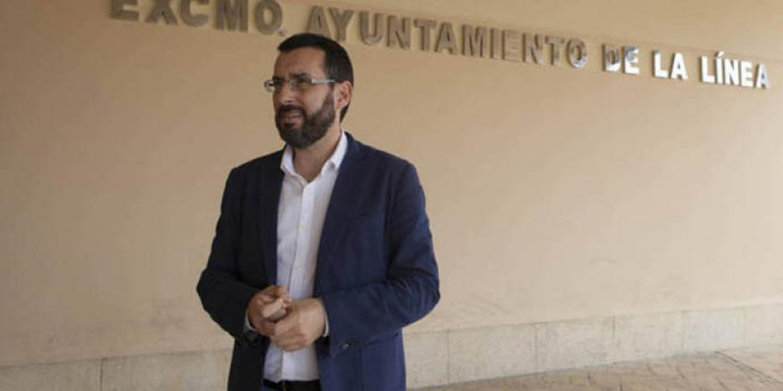 El alcalde, a las puertas del ayuntamiento de La Línea