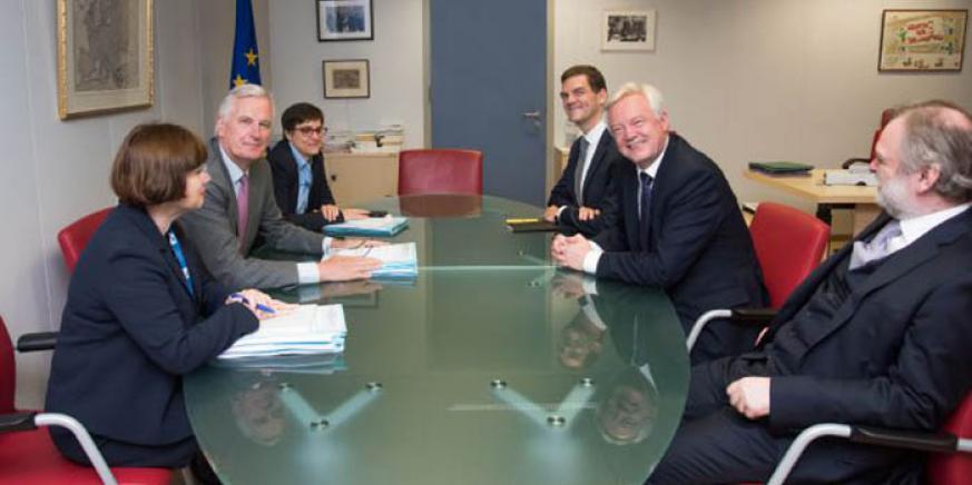 Una foto para la critica: los negociadores británicos sin un solo papel, a la derecha, frente al volumen de documentos de los comunitarios