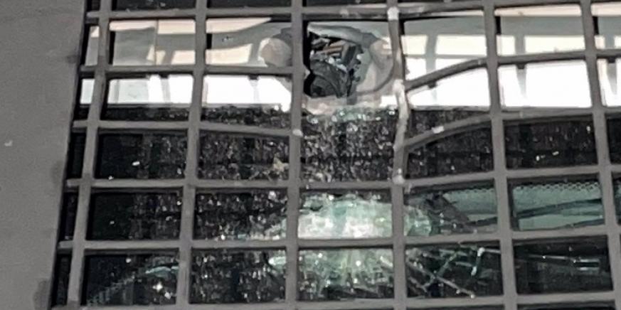 Una bala impactando en un vehículo policial. Foto: NG