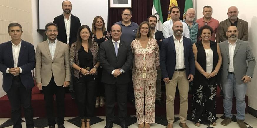 Francisco Vaca, en el centro de la imagen, junto a su nuevo equipo